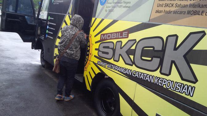 Biaya administrasi untuk membuat SKCK di mobil keliling itu adalah Rp 10 ribu. (Liputan6.com/Arie Nugraha)