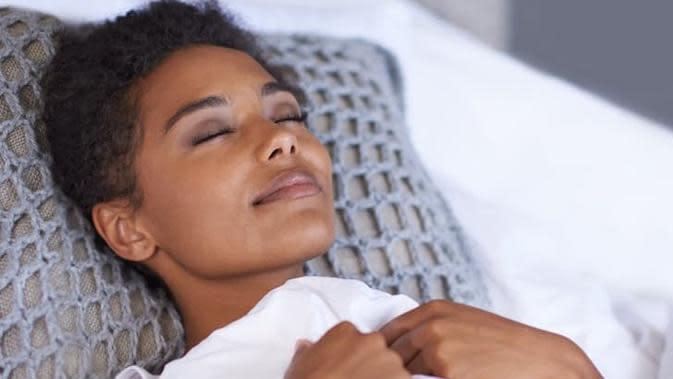 Posisi telentang juga membutuhkan cara tersendiri agar membuat tidur Anda semakin sehat dan berkualitas, intip di sini.