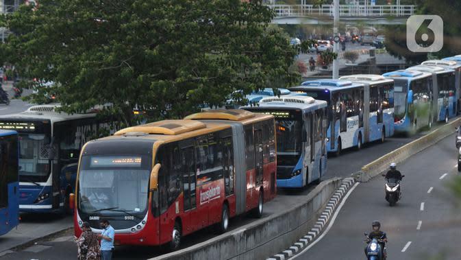 Bus antri menuju halte transjakarta Harmoni, Jakarta, Kamis (1/10/2020). Pemberlakuan PSBB II berdampak pada menurunya pengguna transjakarta, pada minggu kedua penerapan PSBB II, 21-27 September 2020 lalu jumlah penumpang transjakarta tercatat 1.679.837. (Liputan6.com/Helmi Fithriansyah)