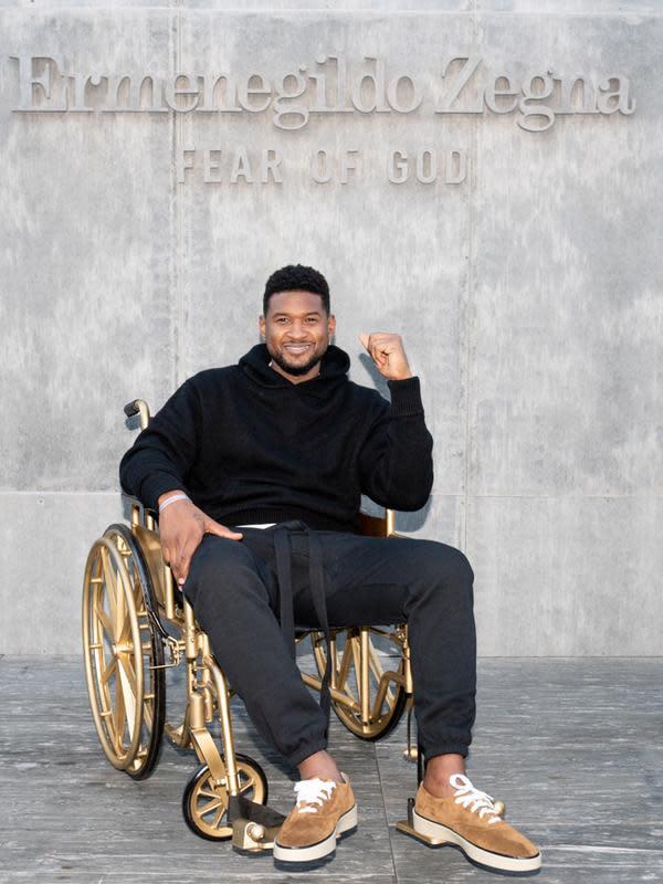Selanjutnya ada Usher yang mengenakan black outfit dalam penampilannya. Ia memakai hoodie berwarna hitam yang senada dengan celana joggernya. Makin terlihat kasual dengan sneakers yang dipakainya. (FOTO:Owen Kolasinski/BFA.com)