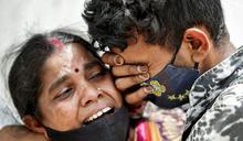 影像:印度疫情大反彈失控,人們被迫在公園火化亡者