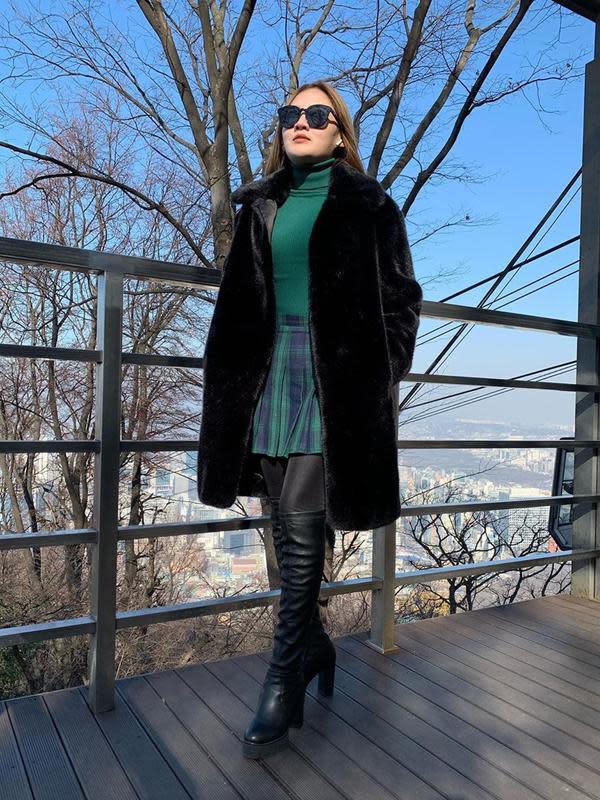 Gaya penampilan Nella Kharisma memang dipuji netizen terlihat menawan. Ia selalu berhasil memadu padankan pakaian yang ia kenakan dengan outfit lainnya seperti jaket dan sepatu. Bahkan kacamata hitamnya sangat mendukung gaya fashion Nella Kharisma. (Liputan6.com/IG/@nellakharisma)