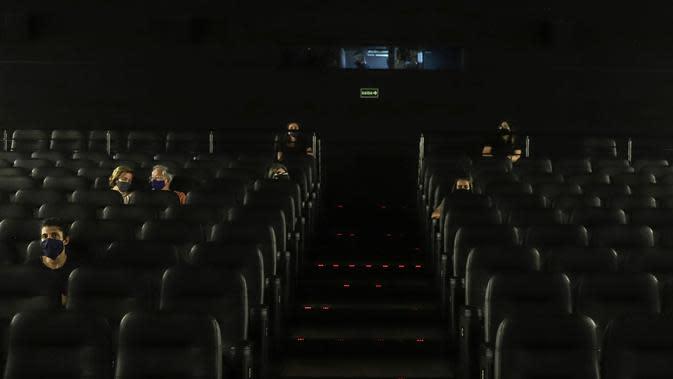 Sejumlah orang duduk di bioskop