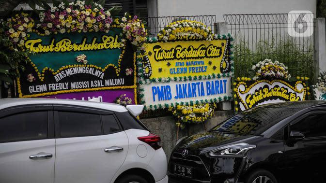 Deretan karangan bunga duka cita atas meninggalnya Glenn Fredly terlihat di Gereja Sumber Kasih, Lebak Bulus, Jakarta, Kamis (9/4/2020). Gleen Fredly meninggal akibat penyakit meningitis. (Liputan6.com/Faizal Fanani)