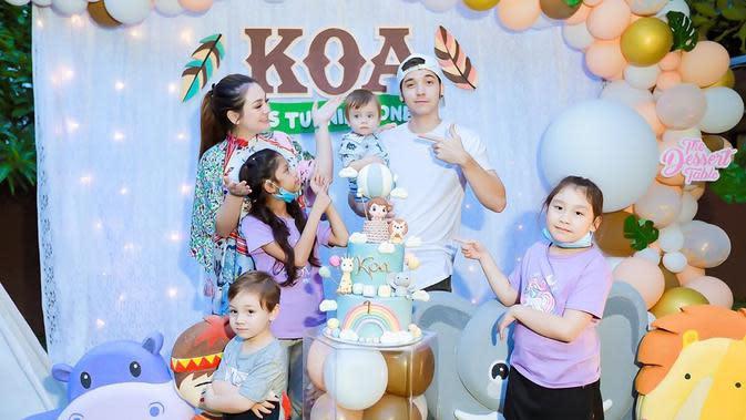Pasangan selebriti ini merayakan ultah pertama anaknya secara kecil-kecilan. Tidak banyak tamu yang diundang dalam ultah pertama anaknya yang diberi nama Koa. (Instagram/celine_evangelista)