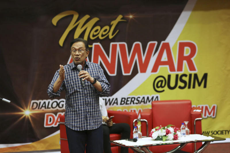 Datuk Seri Anwar Ibrahim speaks during a dialogue session with undergraduates at USIM in Nilai April 19, 2019. — Picture by Yusof Mat Isa