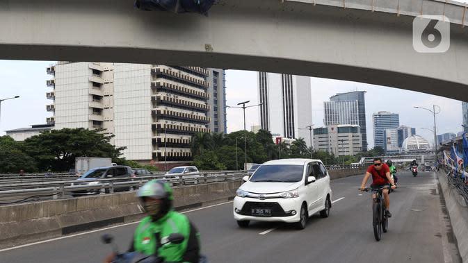 Pengendara melintasi salah satu jalan layang di jalan Gatot Subroto, Jakarta, Kamis (26/3/2020). Sejak pemerintah melakukan himbauan melakukan seluruh aktivitas dari dalam rumah akibat merebaknya virus corona Covid-19, ruas-ruas jalan Ibu Kota terlihat lengang. (Liputan6.com/Helmi Fithriansyah)