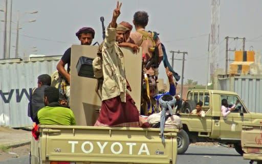 Yemeni pro-government forces preprare to advance into the rebel-held port city of Hodeida on November 10, 2018