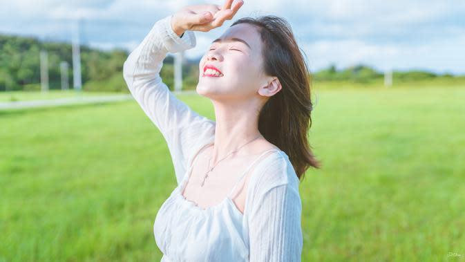 ilustrasi perempuan pagi hari/Photo by JD Chow on Unsplash