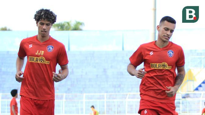 Dua pemain asing, Pedro Bartoli Jardim (striker) dan Hugo Guilherme (stopper), mengikuti seleksi di Arema, Selasa (18/8/2020). (Bola.com/Iwan Setiawan)