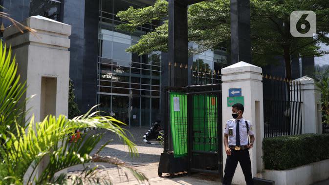 Petugas keamanan berjaga di sisi pagar gedung Pengadilan Negeri Jakarta Pusat, Rabu (7/10/2020). PN Jakarta Pusat menghentikan aktivitas selama tiga hari terhitung Rabu 7 Oktober hingga 9 Oktober 2020 karena adanya hasil tes pegawai yang reaktif COVID-19. (Liputan6.com/Helmi Fithriansyah)