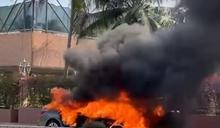 屯門私家車起火盡毀 司機及時逃生無人傷