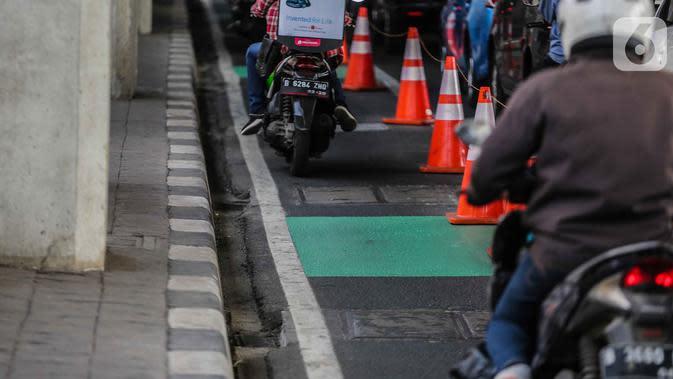 Pengendara kendaraan bermotor melintasi jalur khusus sepeda di Jalan Fatmawati Raya, Jakarta Selatan, Rabu (30/10/2019). Pemerintah Provinsi DKI Jakarta terpaksa menunda pembangunan jalur sepeda pada 2020 yang menelan biaya sebesar Rp73,7 miliar. (Liputan6.com/Faizal Fanani)