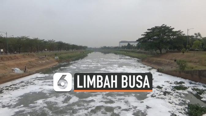 VIDEO: Busa Limbah Tutupi Permukaan Kali BKT