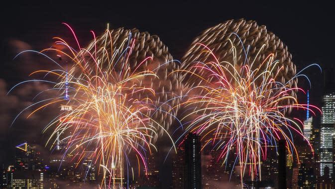 Pertunjukan kembang api untuk merayakan Hari Kemerdekaan Amerika Serikat yang jatuh pada 4 Juli digelar di New York, AS, Senin (29/6/2020). Pertunjukan Macy's 4th of July tahun ini tidak diinformasikan sebelumnya guna mencegah berkumpulnya penonton selama pandemi COVID-19. (Xinhua/Zhou Huanxin)