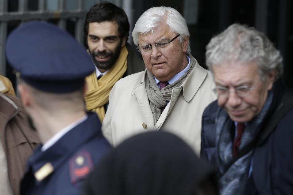 Amanda Knox's lawyer Luciano Ghirga, center, leaves Italy's highest court building, in Rome, Friday, March 27, 2015. American Amanda Knox and her Italian ex-boyfriend Raffaele Sollecito expect to learn their fate Friday when Italy's highest court hears their appeal of their guilty verdicts in the brutal 2007 murder of Knox's British roommate Meredith Kercher. (AP Photo/Andrew Medichini)