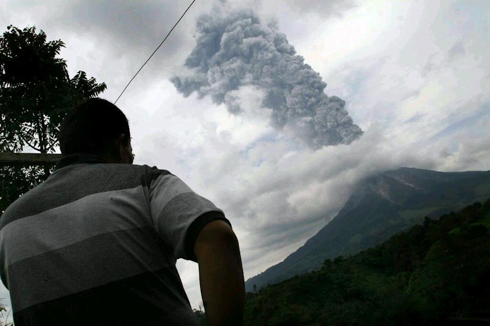NORTH SUMATRA, Nov. 5, 2013 (Xinhua/IANS) -- Mount Sinabung spews volcanic materials as it erupts in Karo, North Sumatra, Indonesia, Nov. 5, 2013. According to the National Disaster Management Agency (BNPB), the volcano erupted volcanic materials as high as 3,000 metres on Tuesday. (Xinhua/Ivan Santoso) ****Authorized by ytfs****