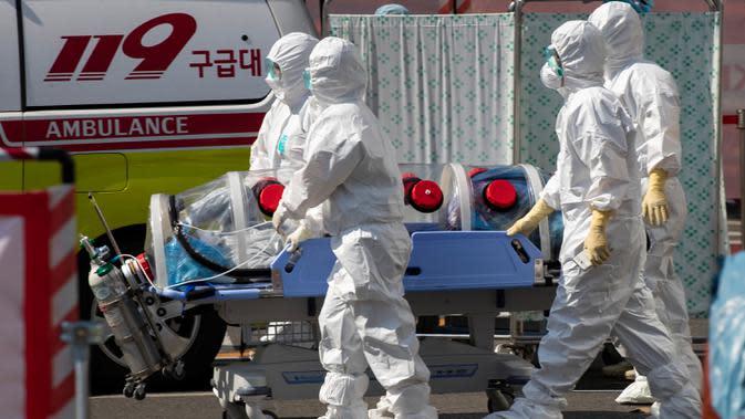 Pekerja medis Rumah Sakit Universitas Nasional Kyungpook memindahkan seorang pasien di Daegu, Korea Selatan, Rabu (4/3/2020). Korea Selatan mengonfirmasi 293 kasus baru virus corona (COVID-19) pada Rabu (4/3/2020). (Xinhua/Lee Sang-ho)