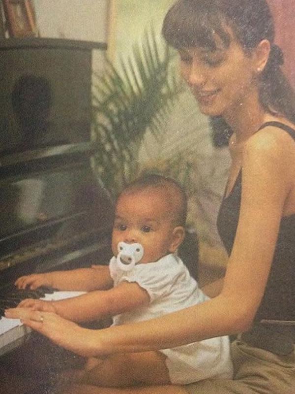 Sebagai anak musisi terkenal, Eva juga sejak kecil sudah dikenalkan dengan alat musik. Seperti diketahui, selain terlibat beberapa film dan sinetron Eva juga merilis beberapa single. (Instagram/evacelia)