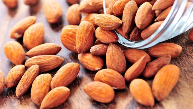 Omega 3 dalam kacang almond adalah salah satu obat alami yang bisa bantu lelah dalam tubuh berkurang. Selain kacang almond, beberapa biji-bijian juga sangat baik dalam menormalkan kembali stamina tubuh yang berkurang akibat kelelahan. (Istimewa)