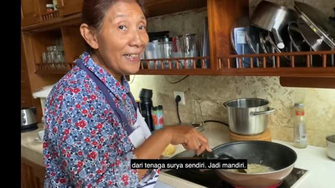 Susi Pudjiastuti memasak nasi goreng kesukaan keluarga (Foto: Youtube/Susi Pudjiastuti)
