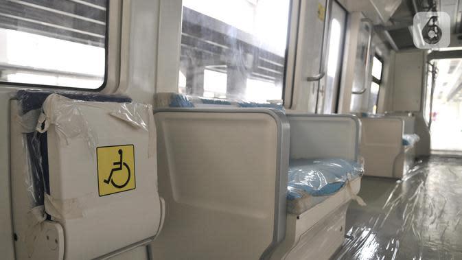 Kursi prioritas atau khusus penumpang disabilitas di gerbong kereta LRT Jabodebek di Stasiun Harjamukti, Depok, Jawa Barat (13/10/2019). (merdeka.com/Iqbal S. Nugroho)