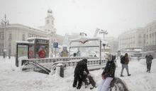 西班牙半世紀來最嚴重暴風雪:首都交通癱瘓、街友遭凍死,醫護徒步數十公里上班