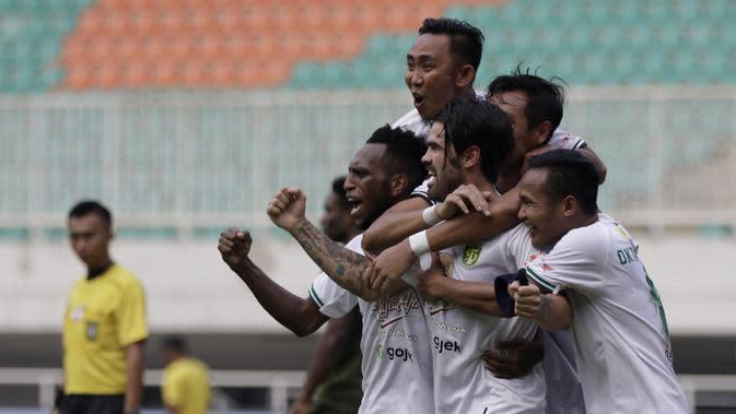 Pemain Persebaya Surabaya merayakan gol yang dicetak Aryn Williams ke gawang Tira Persikabo pada laga Shopee Liga 1 di Stadion Pakansari, Bogor, Sabtu (9/11). Persebaya tahan imbang Tira Persikabo 2-2. (Bola.com/Yoppy Renato)