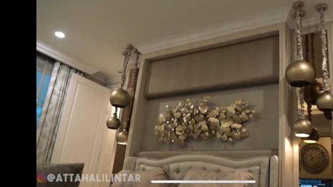 Tampilan kamar mewah Andre Taulany. (YouTube Atta Halilintar via Merdeka.com)