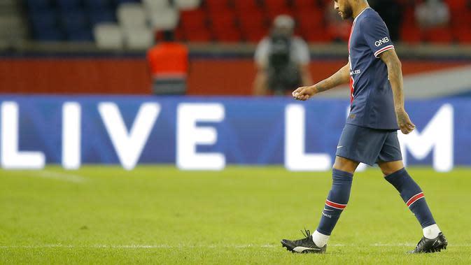 Striker PSG Neymar meninggalkan lapangan usai mendapat kartu merah dalam laga kontra Marseille pada pekan pertama Ligue 1 di Parc de Princes, Senin (14/9/2020) dini hari WIB. (AP Photo/Michel Euler)