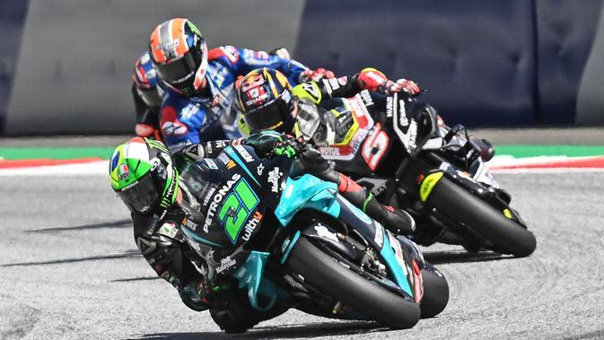 Pembalap Petronas Yamaha SRT, Franco Morbidelli (kiri), bersaing dengan rider Avintia, Johann Zarco, pada MotoGP Austria, Minggu (16/8/2020). (AFP/Joe Klamar)