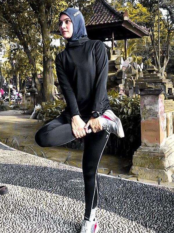 Ibu dua orang anak ini tetap aktif berolahraga meski saat ini memasuki usia 31 tahun. Ia mengaku kecintaannya terhadap olahraga lari karena mudah dan tak butuh alat penunjang. (Liputan6.com/IG/@zeezeeshahab)