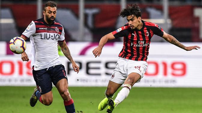 Gelandang AC Milan, Lucas Paqueta melakukan tembakan ke gawang saat bertanding melawan Bologna pada laga Serie A Italia di stadion San Siro pada 6 Mei 2019. Paqueta diboyong dengan tebusan 21 juta euro. (AFP/Miguel Medina)