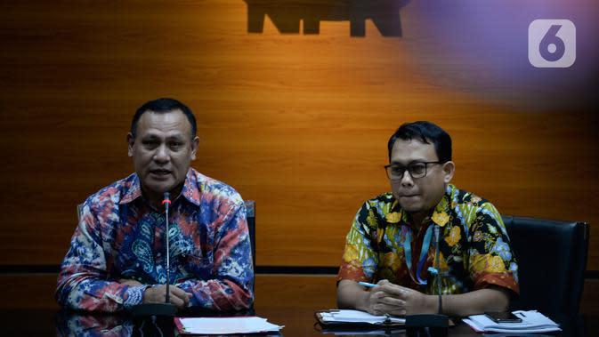 Ketua KPK Firli Bahuri (kiri) dan Plt Jubir KPK Ali Fikri menyampaikan keterangan terkait pengembangan kasus proyek jalan Bengkalis di Gedung KPK, Jakarta, Jumat (17/1/2020). Dalam proyek pembangunan jalan Bengkalis pada 2013-2015 kerugian negara sekitar Rp 475 miliar. (merdeka.com/Dwi Narwoko)
