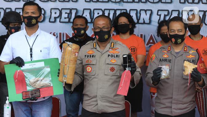 Polisi memperlihatkan barang bukti saat rilis pengungkapan tindak pidana narkotika di Polres Pelabuhan Tanjung Priok, Jakarta Utara, Sabtu (22/8/2020). Dari drummer band J-Rocks Anton Rudi dan tiga tersangka lainnya, polisi mengamankan 1 kilogram ganja. (Liputan6.com/Herman Zakharia)