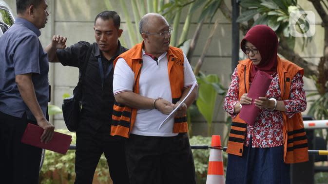 Pejabat Pembuat Komitmen Dinas PU, Bina Marga, dan SDA, Judi Tetrahastoto (kiri) dan Kepala Dinas PU dan SDA, Sunarti Setyaningsih tiba di Gedung KPK, Jakarta, Kamis (16/1/2020). Keduanya terlibat kasus suap proyek infrastruktur di Dinas PUPR Kabupaten Sidoarjo. (merdeka.com/Dwi Narwoko)
