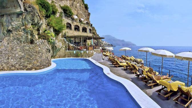 Kolam yang dikelilingi tebing dan laut Mediterranean (Foto:Hotel Santa Caterina)