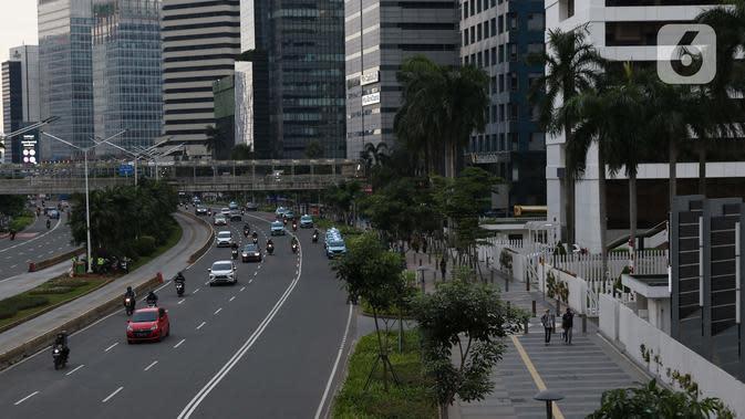 Suasana ruas jalan dan pedestrian di jalan Jenderal Sudirman, Jakarta, Kamis (26/3/2020). Sejak pemerintah melakukan himbauan melakukan seluruh aktivitas dari dalam rumah akibat merebaknya virus corona Covid-19, ruas-ruas jalan Ibu Kota terlihat lengang. (Liputan6.com/Helmi Fithriansyah)