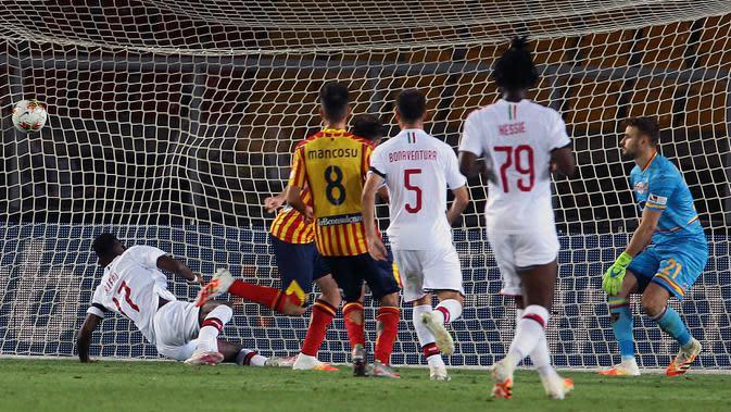 Pemain AC Milan, Rafael Leao, mencetak gol ke gawang Lecce pada laga Serie A di Stadion Via del Mare, Senin (22/6/2020). AC Milan menang 4-1 atas Lecce. (Spada/LaPresse via AP)