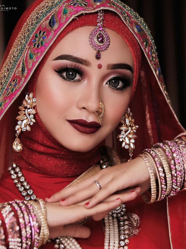 Dulu sebelum menikah, Ega D'Academy menjalani prewedding dengan Rafly. Tak tanggung-tanggung, ia memilih tema ala India. Makeup dan busana yang ia kenakan pun tampak begitu serasi, bak wanita India sungguhan. (Liputan6.com/IG/eganoviantika_98)