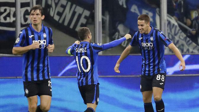 Pemain Atalanta, Mario Pasalic, melakukan selebrasi usai membobol gawang Manchester City pada laga Liga Champions 2019 di Stadion San Siro, Rabu (6/11). Kedua tim bermain imbang 1-1. (AP/Luca Bruno)