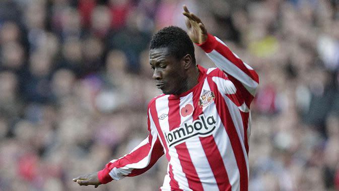Asamoah Gyan, dirinya mampu menjadi bintang timnas Ghana dengan membawa negara Afrika itu melaju ke perempat final Piala Dunia 2010. Hal ini membuat Sunderland memboyongnya dari Stade Rennais, namun sayang dirinya meredup. (AFP/Graham Stuart)