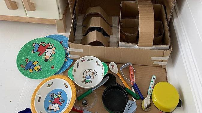 Piercey membuat replika alat rumah tangga dari kardus untuk anaknya. Sumber: Instagram/sydney.piercey