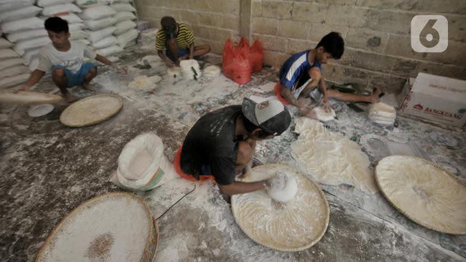Pekerja UMKM menyelesaikan produksi kulit lumpia di rumah industri Rusun Griya Tipar Cakung, Jakarta. (merdeka.com/Iqbal Nugroho)