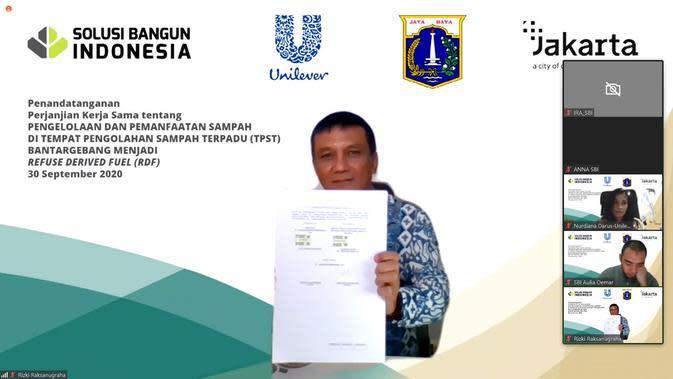 Penandatanganan Surat Perjanjian Kerja Sama oleh Rizki Raksanugraha, Director of Supply Chain PT Unilever Indonesia, Tbk. (Dok. Unilever Indonesia)