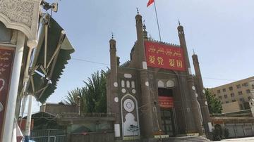自由亞洲電臺報導指出,中共於2016年將西彊托庫勒清真寺(Tokul mosque)加以搗毀,並在2年後的2018年將內部改造為公廁使用。(圖擷取自RFA/twitter)