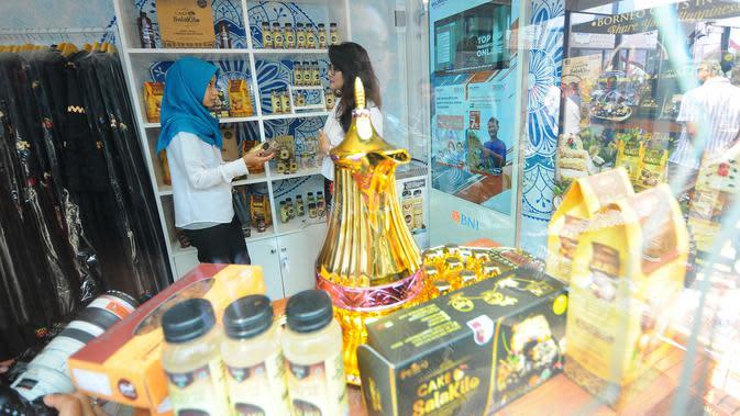 Pengunjung melihat produk UMKM dari Rumah Kreatif BUMN (RKB) binaan BNI saat Launching Halal Park di Senayan Jakarta, Selasa (16/4). Halal Park yang akan bertransformasi menjadi Halal Distrik didesain menjadi ekosistem bagi pelaku industri gaya hidup halal di Tanah Air. (Liputan6.com/Angga Yuniar)