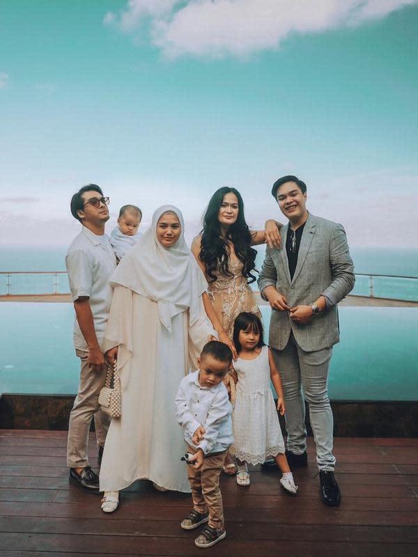 Dalam keterangan fotonya bersama keempat anaknya dan istri, anak artis senior Donna Harun itu mengungkapkan keinginannya untuk memiliki banyak anak. Dengan memiliki banyak anak, semakin banyak pula yang mendoakannya. (Instagram/keluargamoyapoya)