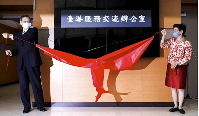 Mainland Affairs Council head Chen Ming-tong (left) and Katharine Chang, of the Taiwan-Hong Kong Economic and Cultural Cooperation Council, open the new office in Taipei on Wednesday. Photo: Reuters
