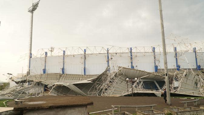 Atap stadion lapangan sepak bola di kompleks Sport) Jawa Barat, Arcamanik, Kota Bandung, ambruk setelah diterjang angin kencang dan hujan lebat, Sabtu (9/11/2019) sore. (Liputan6.com/Huyogo Simbolon)
